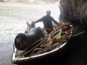 Raccolta del materiale sulla spiaggia di Frontone.6
