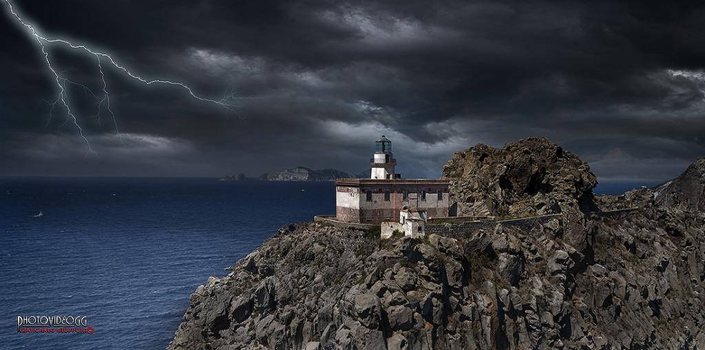 Faro-della-Guardia-con-lampi-foto-di-Giancarlo-Giupponi